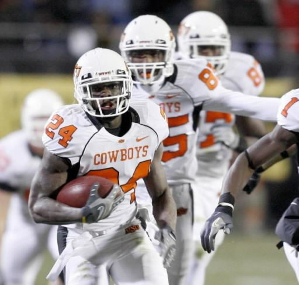 Photo - OSU's Kendall  Hunter runs during the college football game between Oklahoma State University and the University of Colorado at Folsom Field in Boulder, Colo., Saturday, Nov. 15, 2008. BY BRYAN TERRY, THE OKLAHOMAN