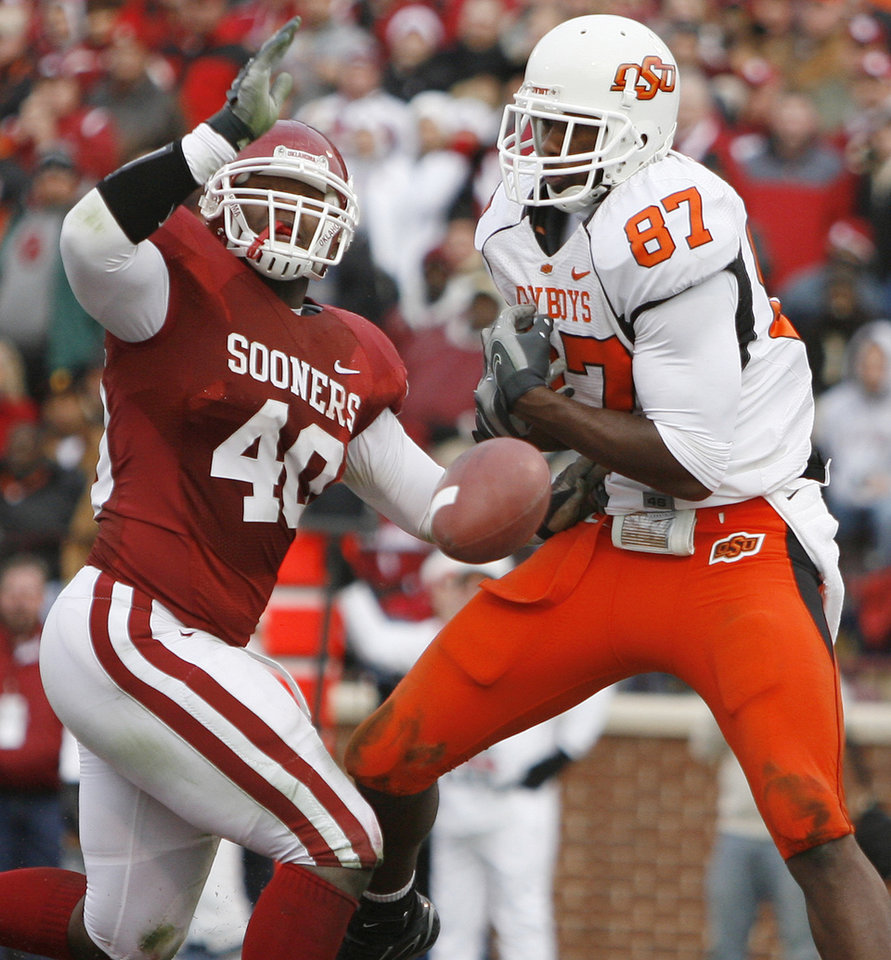 Photo - Oklahoma's Curtis Lofton (40) breaks up a pass for Oklahoma State's Brandon Pettigrew (87) in the end zone during the first half of the college football game between the University of Oklahoma Sooners (OU) and the Oklahoma State University Cowboys (OSU) at the Gaylord Family-Memorial Stadium on Saturday, Nov. 24, 2007, in Norman, Okla.  Photo By Bryan Terry, The Oklahoman