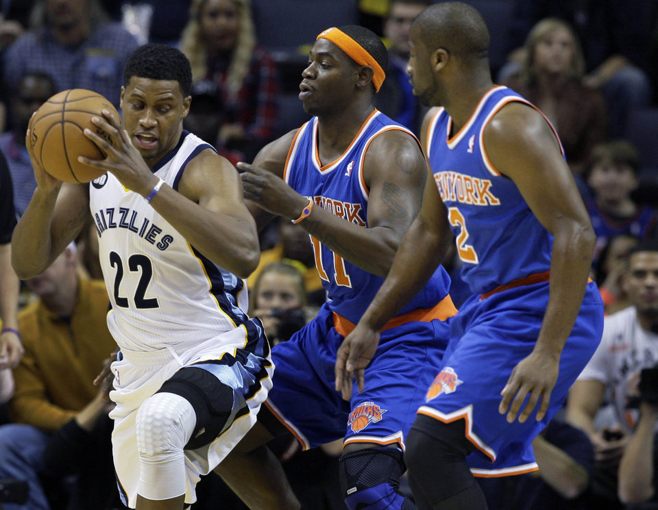 Memphis Grizzlies\' Rudy Gay (22) looks for room around New York Knicks\' Ronnie Brewer (11) and Raymond Felton during the first half of an NBA basketball game in Memphis, Tenn., Friday, Nov. 16, 2012. The Memphis Grizzlies defeated the New York Knicks 105-95. (AP Photo/Danny Johnston)