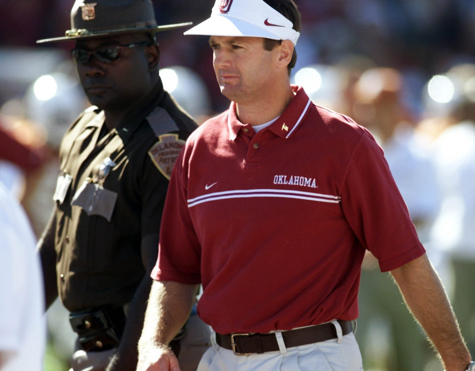 Photo - OU COLLEGE FOOTBALL: University of Oklahoma vs University of Texas, Oct. 6, 2001, Cotton Bowl, Dallas:    OU head coach Bob Stoops heads for the locker room at half time.  Staff photo by Steve Sisney