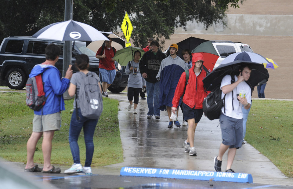 Photo -   LSU Students evacuate campus as traffoc os gridlocked after a bomb threat forced evacuation Monday morning, Sept. 17, 2012 in Baton Rouge, La. Thousands of students, professors and workers were evacuated from Louisiana State University's main campus Monday following a bomb threat, school officials said. (AP Photo/The Advocate, Patrick Dennis) MAGS OUT; INTERNET OUT; ONLINE OUT; NO SALES; TV OUT; FOREIGN OUT; LOUISIANA BUSINESS INC OUT(GREATER BATON ROUGE BUSINESS REPORT OUT, 225 OUT, 10/12 OUT, IN REGISTER OUT, LBI CUSTOM PUBLICATIONS OUT)