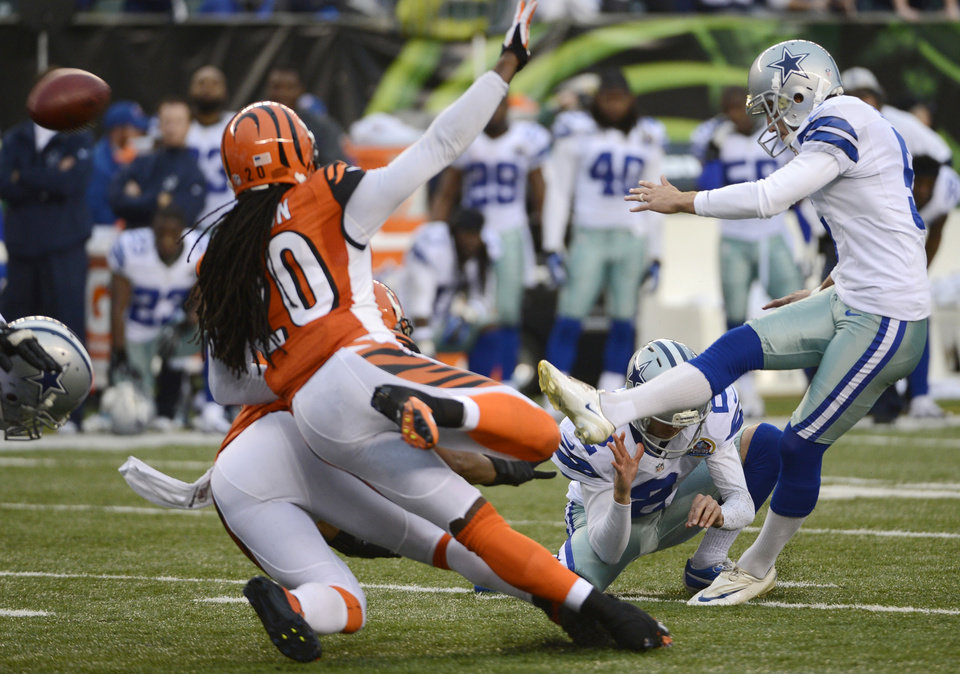 Photo - Dallas Cowboys kicker Dan Bailey, right, kicks a 40-yard field goal with four seconds on the clock to give the Cowboys a 20-19 win over the Cincinnati Bengals in an NFL football game, Sunday, Dec. 9, 2012, in Cincinnati. (AP Photo/Michael Keating)