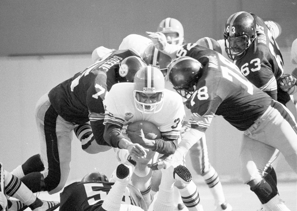 Photo - Former OU and Cleveland player Greg Pruitt, center, proved he was a versatile running back.AP Photo