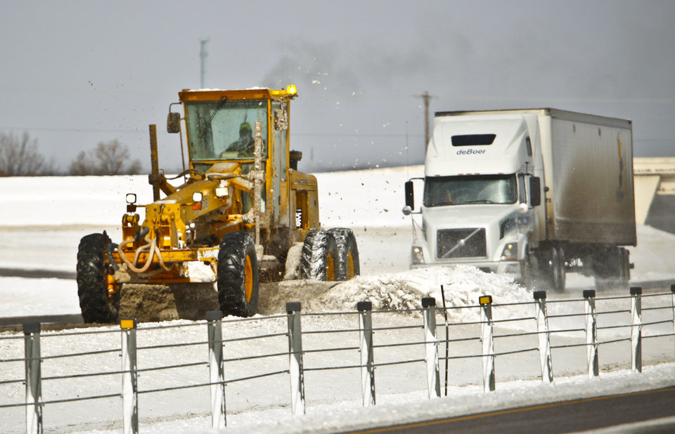 Photo - Road crews work to clear sections of I-35 near Covell Road on Wednesday, Feb. 9, 2011, Edmond, Okla.  Photo by Chris Landsberger, The Oklahoman