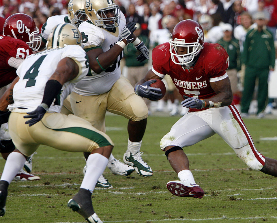 Photo - Oklahoma's DeMarco Murry (7) looks for more running room past Baylor's Jeremy Williams (4) during the second half of the college football game between the University of Oklahoma Sooners (OU) and the Baylor University Bears at Gaylord Family-Oklahoma Memorial Stadium on Saturday, Oct. 10, 2009, in Norman, Okla. 
