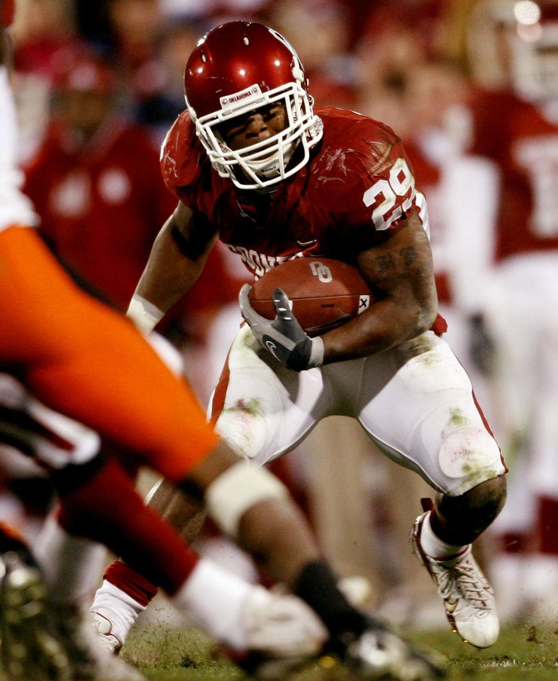 Photo - Chris Brown carries during the second half of the college football game between the University of Oklahoma Sooners (OU) and the Oklahoma State University Cowboys (OSU) at the Gaylord Family-Memorial Stadium on Saturday, Nov. 24, 2007, in Norman, Okla. 