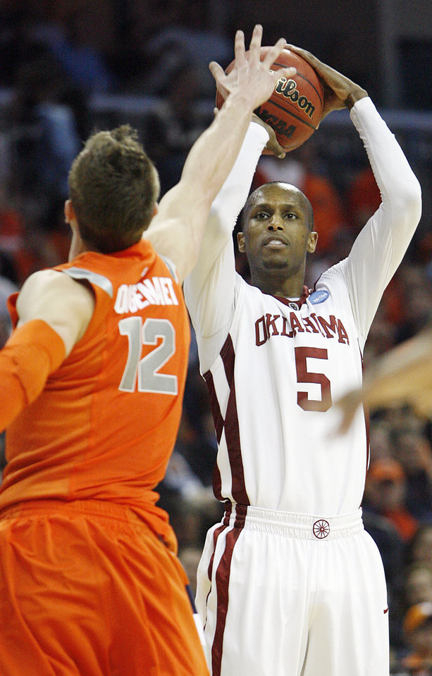 NCAA TOURNAMENT / COLLEGE BASKETBALL / SWEET 16 / SWEET SIXTEEN / UNIVERSITY OF OKLAHOMA / OU: Oklahoma's Tony Crocker puts up a 3-point shot over Syracuse's Kristof Ongenaet (12) during the second half of the NCAA Men's Basketball Regional at the FedEx Forum on Friday, March 27, 2009, in Memphis, Tenn.  PHOTO BY CHRIS LANDSBERGER, THE OKLAHOMAN  ORG XMIT: KOD