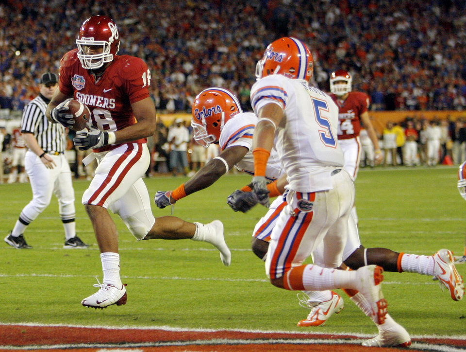 OU's Jermaine Gresham (18) scores a touchdown past Major Wright (21) and Joe Haden (5) of Florida in the fourth quarter during the BCS National Championship college football game between the University of Oklahoma Sooners (OU) and the University of Florida Gators (UF) on Thursday, Jan. 8, 2009, at Dolphin Stadium in Miami Gardens, Fla. The Florida Gators won, 24-14. PHOTO BY NATE BILLINGS, THE OKLAHOMAN