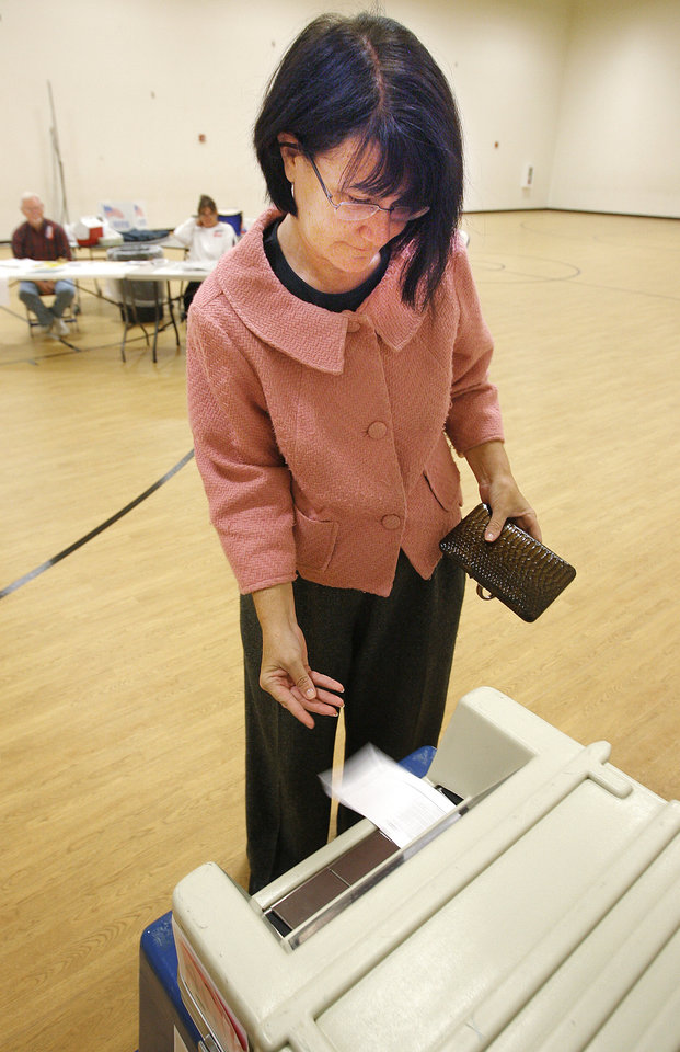 Photo - BOND ISSUE ELECTION / VOTER / VOTING: Lynda Barnes votes at Deer Creek Middle School, Tuesday, October 13, 2009.  By David McDaniel, The Oklahoman. ORG XMIT: KOD