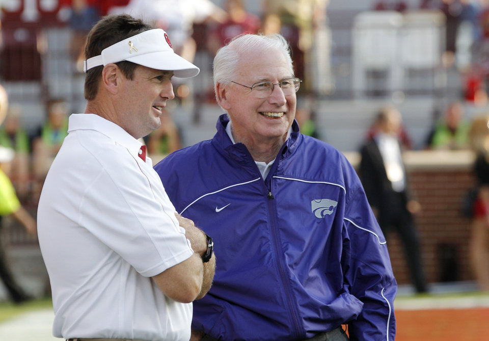 Photo -   Oklahoma coach Bob Stoops, left, and Kansas State coach Bill Snyder, right, talk before an NCAA college football game in Norman, Okla., Saturday, Sept. 22, 2012. (AP Photo/Sue Ogrocki)