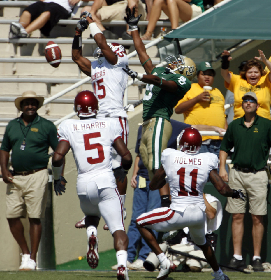 Photo - Nick Harris (5) Dominique Franks (15) and Lendy Holmes (11) defend a pass to T. J. Scranton in the first half during the college football game between Oklahoma (OU) and Baylor University at Floyd Casey Stadium in Waco, Texas, Saturday, October 4, 2008.   BY STEVE SISNEY, THE OKLAHOMAN