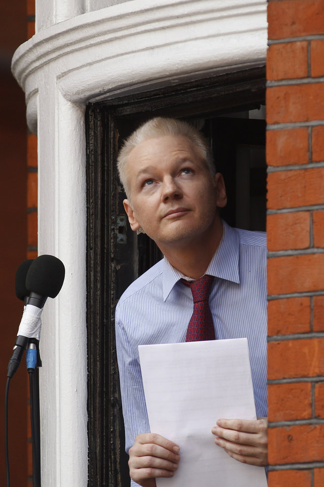 Photo -   WikiLeaks founder Julian Assange looks up as he retreats from the window of Ecuadorian Embassy in central London after making a statement to the media and supporters outside, Sunday, Aug. 19, 2012. Assange called on United States President Barack Obama to end a