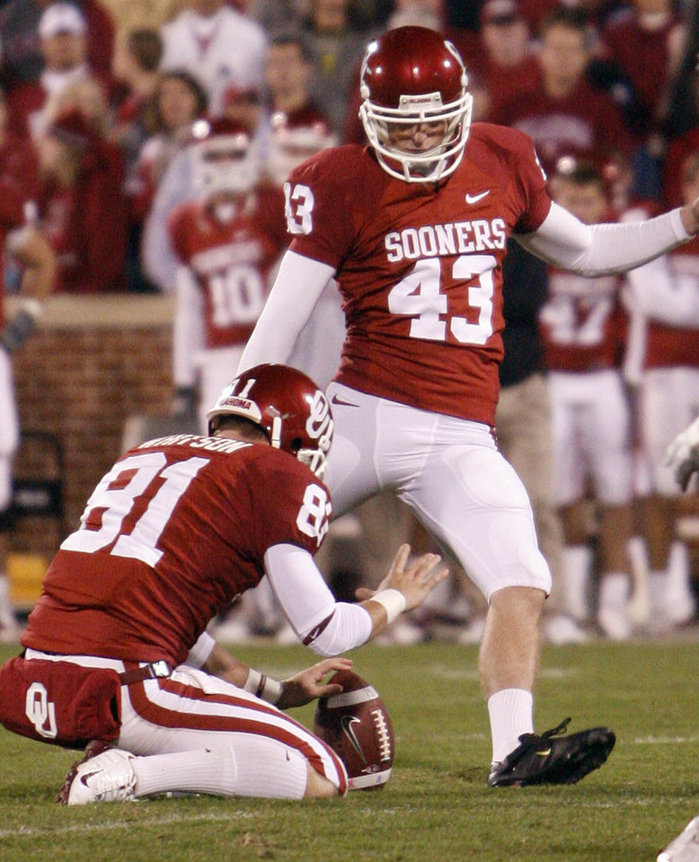 Photo - Oklahoma's Patrick O'Hara (43) kicks a field goal during the second half of the college football game between the University of Oklahoma Sooners (OU) and the Texas A&M Aggies at Gaylord Family-Memorial Stadium on Saturday, Nov. 14, 2009, in Norman, Okla. Photo by Chris Landsberger, The Oklahoman