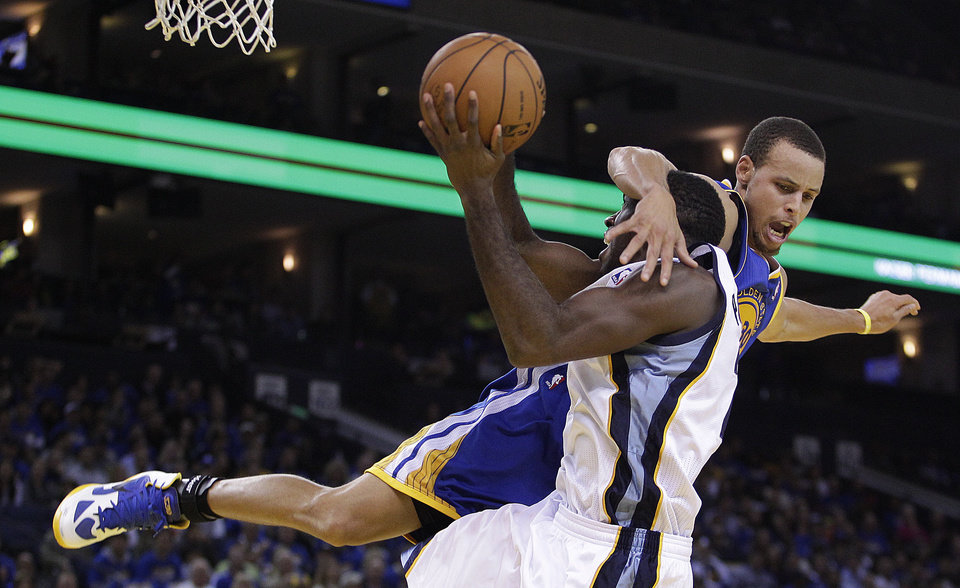 Golden State Warriors' Stephen Curry, top, fouls Memphis Grizzlies' Quincy Poindexter during the second half of an NBA basketball game Friday, Nov. 2, 2012, in Oakland, Calif. (AP Photo/Ben Margot)
