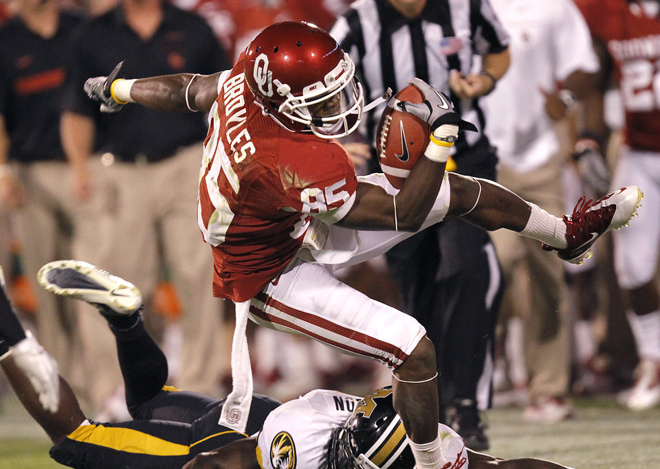 Photo - Oklahoma's Ryan Broyles (85) takes the ball down the sideline during the college football game between the University of Oklahoma Sooners (OU) and the University of Missouri Tigers (MU) at the Gaylord Family-Memorial Stadium on Saturday, Sept. 24, 2011, in Norman, Okla. Photo by Chris Landsberger, The Oklahoman