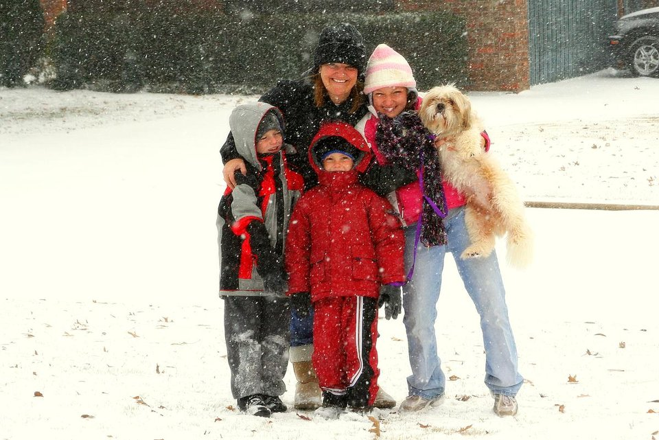 Edi,Garett,Chelsi,Nathan and Jack out in the snow.<br/><b>Community Photo By:</b> Gary Carr<br/><b>Submitted By:</b> Gary, Midwest City