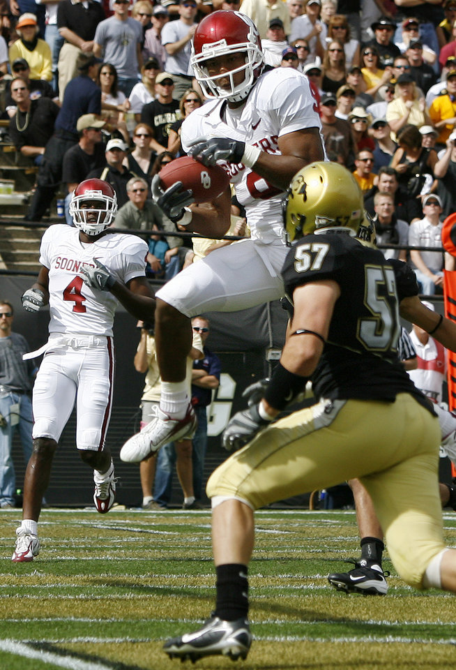 Photo - Oklahoma's Juaquin Iglesias (9) pulls in a touchdown over Colorado's Jake Duren (57) during the first half of the college football game between the University of Oklahoma Sooners (OU) and the University of Colorado Buffaloes (CU) at Folsom Field on Saturday, Sept. 28, 2007, in Boulder, Co.  By Bryan Terry, The Oklahoman