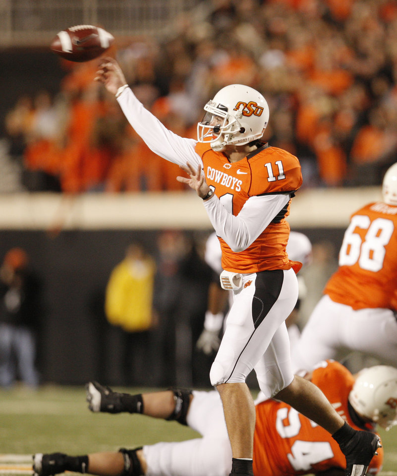 Photo - Zac Robinson throws a first quarter pass during the college football game between Oklahoma State University (OSU) and Texas Tech University at Boone Pickens Stadium in Stillwater, Okla. Saturday, Nov. 14, 2009. Photo by Doug Hoke, The Oklahoman
