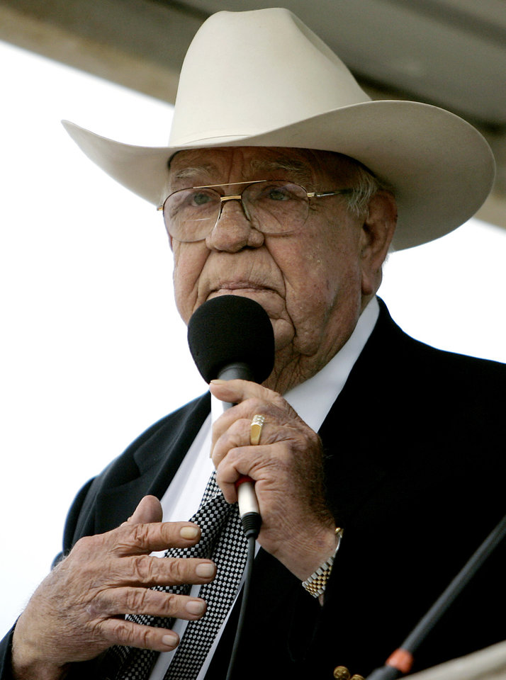 Photo - DEATH: Clem McSpadden delivers the eulogy during funeral services for Jim Shoulders in Henryetta, Okla., on Sunday,  June 24, 2007. By John Clanton, The Oklahoman ORG XMIT: KOD