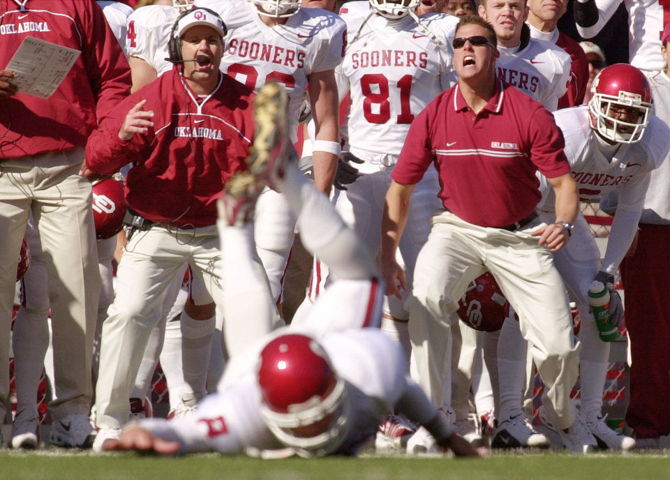 Photo - OU COLLEGE FOOTBALL: Oklahoma head coach Bob Stoops, left center, reacts with his team as their quarterback, Nate Hybl, misses a catch in the second quarter of their Saturday Oct 27, 2001 game against Nebraska, in Lincoln, Neb.  Nebraska beat Oklahoma 20-10. (AP Photo/Dave Weaver)