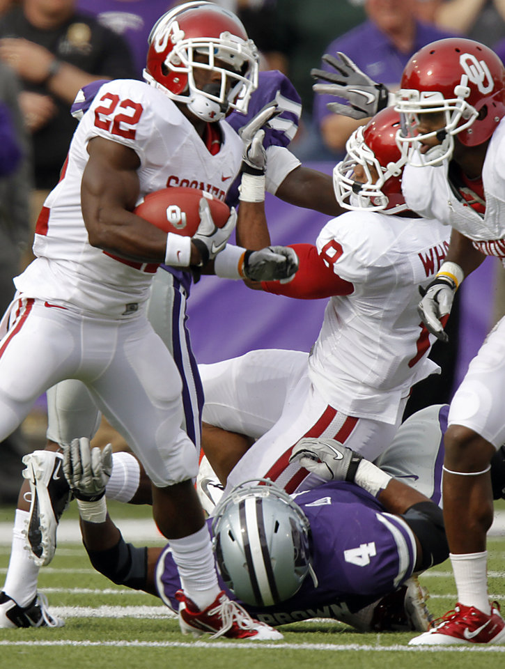 Oklahoma Sooners' Dominique Whaley (8) has his leg injured by Kansas State Wildcats' Arthur Brown (4) on a run by Oklahoma Sooners' Roy Finch (22) during the college football game between the University of Oklahoma Sooners (OU) and the Kansas State University Wildcats (KSU) at Bill Snyder Family Stadium on Saturday, Oct. 29, 2011. in Manhattan, Kan. Photo by Chris Landsberger, The Oklahoman  ORG XMIT: KOD