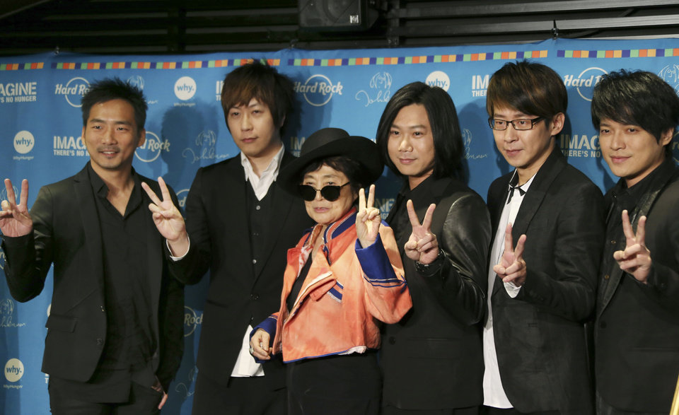 Photo - Yoko Ono poses for photos with members of the Taiwanese rock band