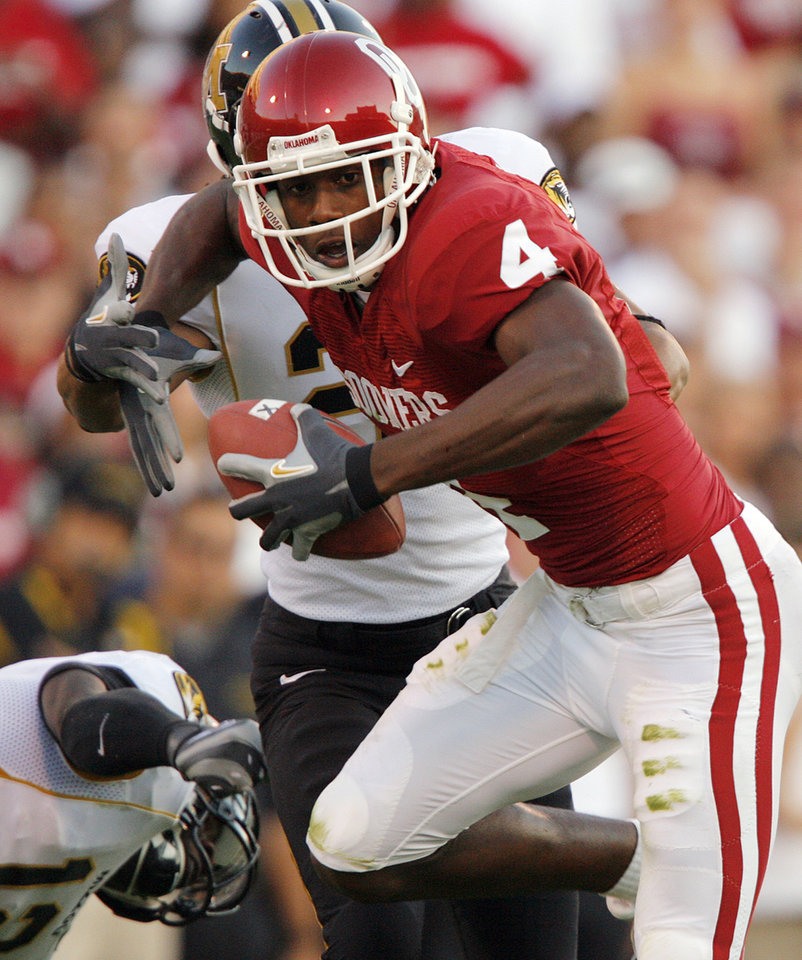 Photo - Oklahoma's Malcolm Kelly (4) gets past the Missouri defense after a reception during the first half of the college football game between  the University of Oklahoma Sooners (OU) and the University of Missouri Tigers (MU) at the Gaylord Family -- Oklahoma Memorial Stadium on Saturday, Oct. 13, 2007, in Norman, Okla.  By CHRIS LANDSBERGER, The Oklahoman  ORG XMIT: KOD