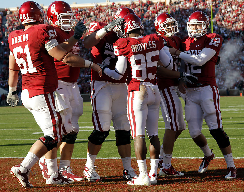 Photo - Oklahoma's Ryan Broyles (85) celebrates with teammates after a touchdown catch during the first half of the college football game between the University of Oklahoma Sooners (OU) and the Texas Tech Red Raiders (TTU) at the Gaylord Family Memorial Stadium on Saturday, Nov. 13, 2010, in Norman, Okla.  Photo by Chris Landsberger, The Oklahoman