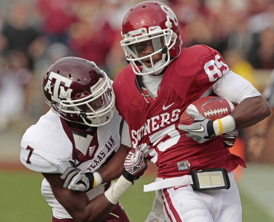 Photo - Oklahoma's Ryan Broyles (85) runs after a long catch during the first half of the college football game between the Texas A&M Aggies and the University of Oklahoma Sooners (OU) at Gaylord Family-Oklahoma Memorial Stadium on Saturday, Nov. 5, 2011, in Norman, Okla. Photo by Steve Sisney, The Oklahoman