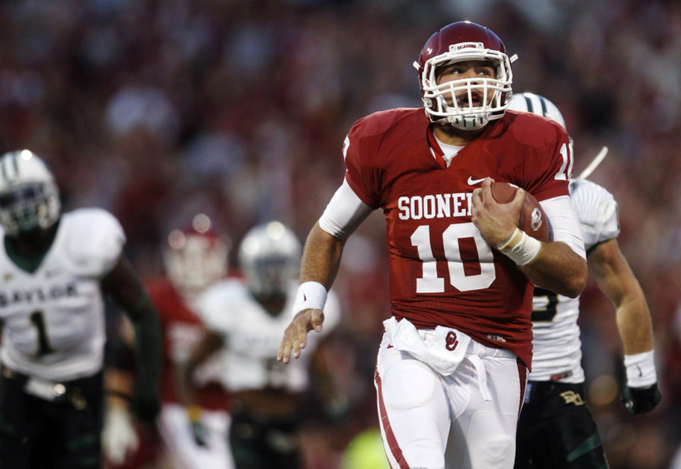 Photo -   Oklahoma quarterback Blake Bell (10) takes off on a 55-yard keeper in the fourth quarter for a touchdown against Baylor and the longest run by a quarterback in the Stoops era during an NCAA college football game in Norman, Okla., Saturday, Nov. 10, 2012. Oklahoma won 42-34. (AP Photo/Sue Ogrocki)
