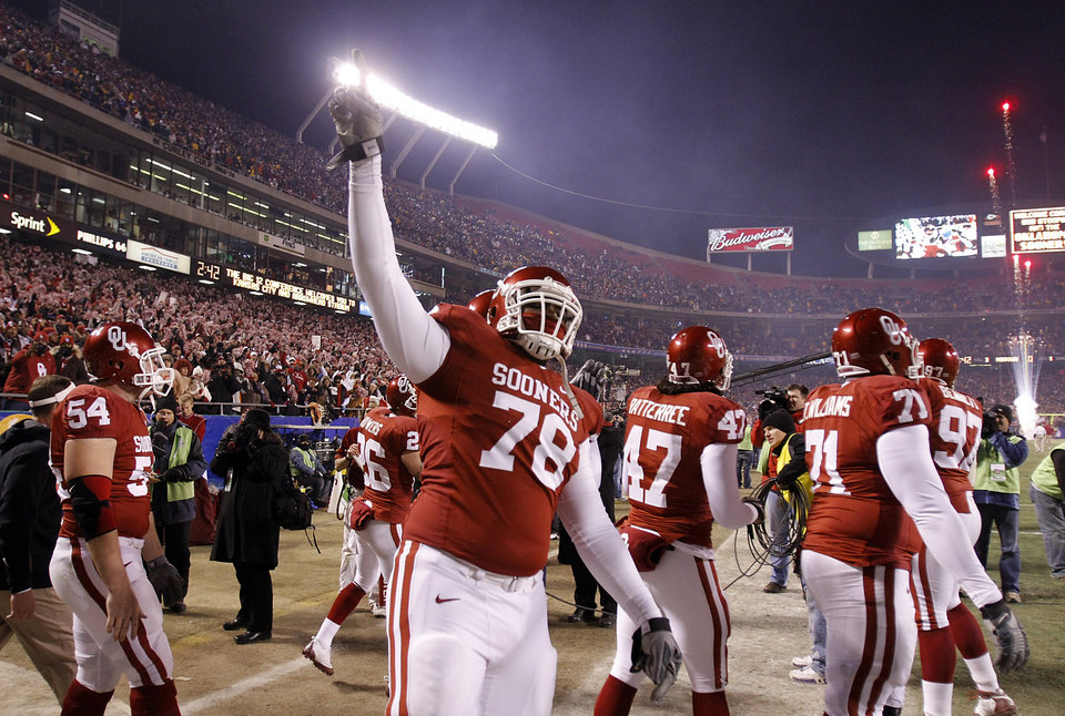 Photo - Oklahoma's Alex Williams (78) and the Sooners come onto the field before the start of the Big 12 Championship college football game between the University of Oklahoma Sooners (OU) and the University of Missouri Tigers (MU) on Saturday, Dec. 6, 2008, at Arrowhead Stadium in Kansas City, Mo. 