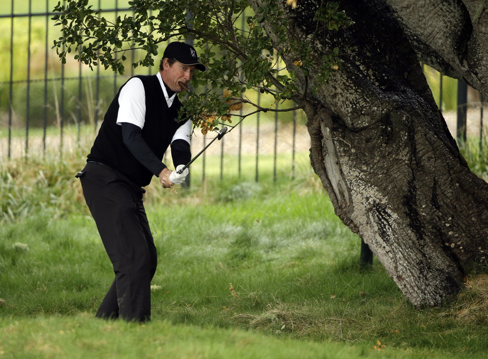 Photo - Hockey great Wayne Gretzky hits out of the rough on the first fairway on Sunday, Feb. 9, 2014, during the final round of the AT&T Pebble Beach Pro-Am golf tournament in Pebble Beach, Calif. (AP Photo/Ben Margot)