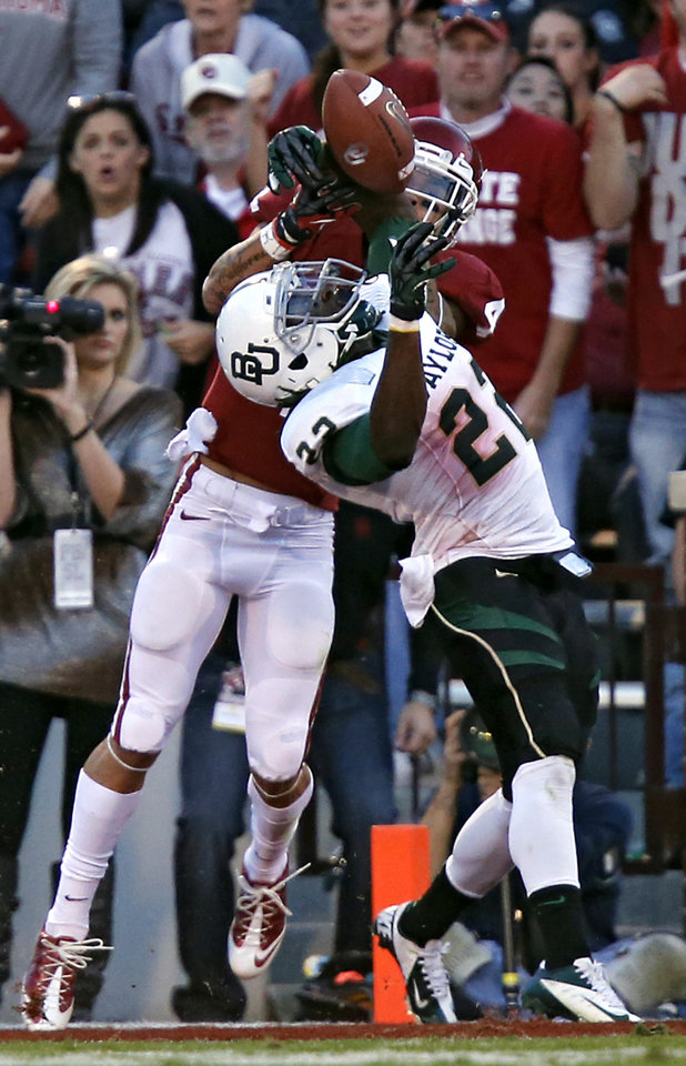 Baylor\'s Joe Williams (22) breaks up a pass for Oklahoma\'s Kenny Stills (4) during the college football game between the University of Oklahoma Sooners (OU) and Baylor University Bears (BU) at Gaylord Family - Oklahoma Memorial Stadium on Saturday, Nov. 10, 2012, in Norman, Okla. Photo by Chris Landsberger, The Oklahoman