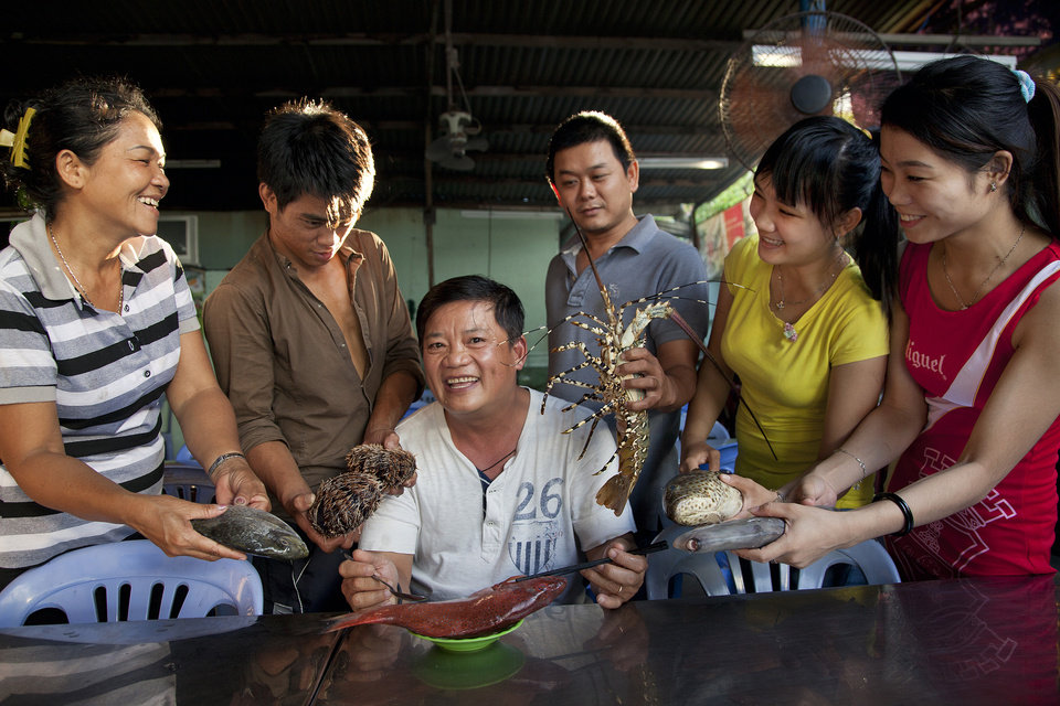 Chef Khai Duong is surrounded by employees of Quan Oc Thanh Hien seafood restaurant in Nha Trang, Vietnam. (LiPo Ching/San Jose Mercury News/MCT)