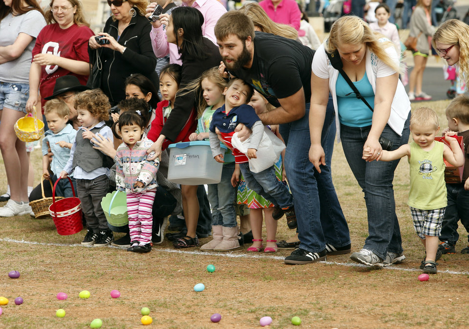 Parents motivate their children at the Cleveland County YMCA Community Easter Egg Hunt on Saturday, March 30, 2013 in Norman, Okla.  Photo by Steve Sisney, The Oklahoman
