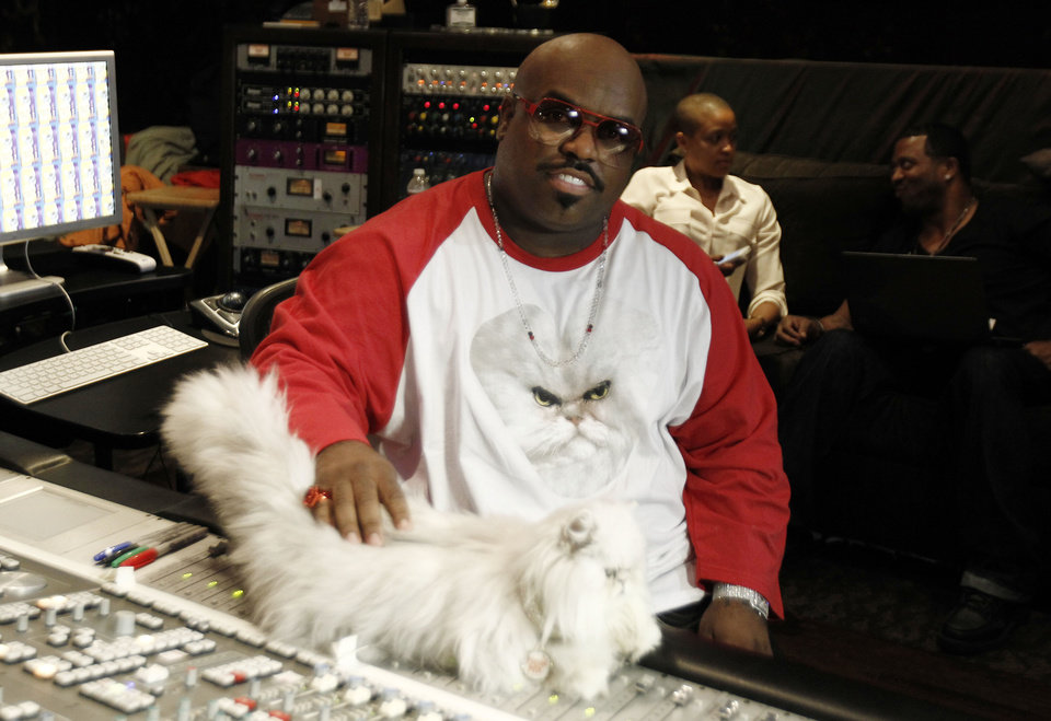 Photo -   In this May 2, 2012 photo, musician Cee-Lo Green and Purrfect the cat pose for a photo while working on the remix of the Meow Mix jingle in Los Angeles. Green, a judge on the singing competition series