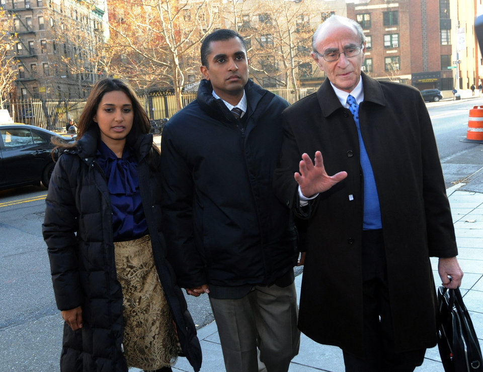 Photo -   Mathew Martoma, center, former SAC Capital Advisors hedge fund portfolio manager enters Manhattan federal court with his attorney Charles Skillman, Monday, Nov. 26, 2012, in New York. Martoma was arrested on charges that he helped carry out the most lucrative insider trading scheme in U.S. history, enabling investment advisers and their hedge funds to make more than $276 million in illegal profits. (AP Photo/ Louis Lanzano)