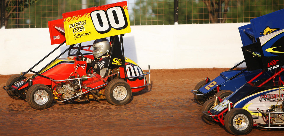 Photo - CHILD, KID, CHILDREN, MINI-SPRINT CAR RACER, RACING: Grady Chandler, 6, (00 car) leads the race in the early laps at the I-44 speedway in Oklahoma City, on Saturday, June 2, 2007. By James Plumlee, The Oklahoman.   ORG XMIT: kod