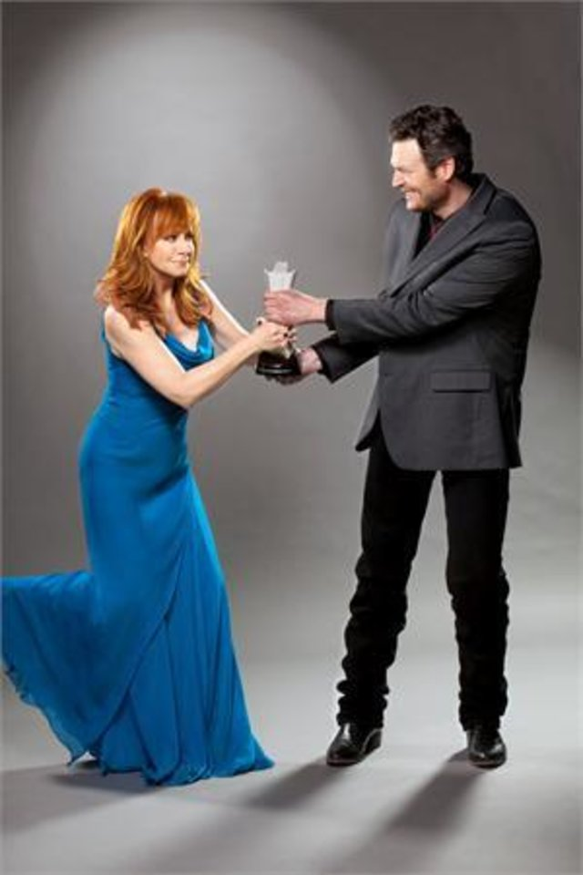 Photo -  Reba McEntire and Blake Shelton