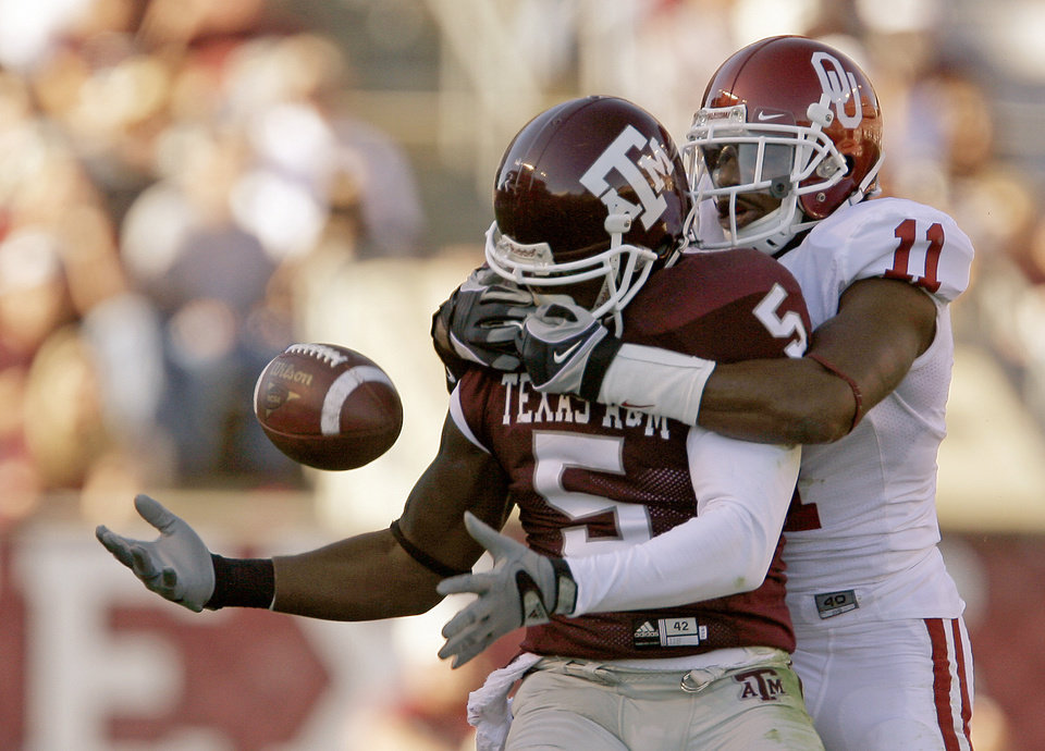 Photo - OU's Lendy Holmes breaks up a pass intended for  runs past Texas A&M's Howard Morrow during the college football game between the University of Oklahoma and Texas A&M University at Kyle in College Station, Texas, Saturday, November 8, 2008.  BY BRYAN TERRY, THE OKLAHOMAN