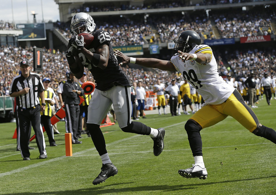Photo -   Oakland Raiders wide receiver Darrius Heyward-Bey, left, catches a three-yard pass for a touchdown as Pittsburgh Steelers free safety Ryan Mundy, right, looks on during the second quarter of an NFL football game in Oakland, Calif., Sunday, Sept. 23, 2012. (AP Photo/Marcio Jose Sanchez)