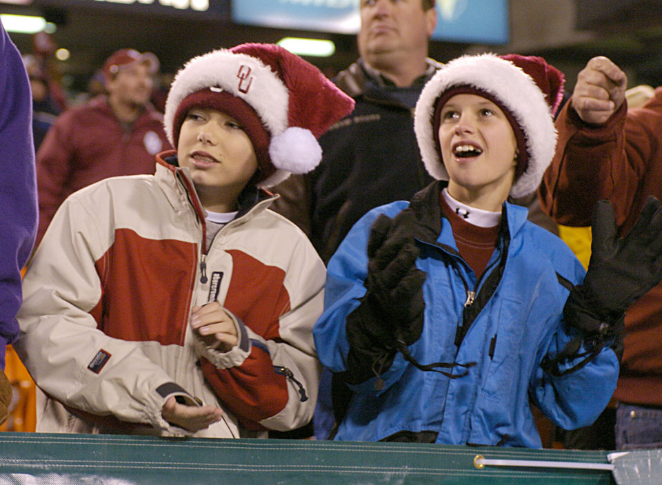 Kansas City, MO. USA.  Saturday, December 6, 2003:  Big 12 Championship College Football  Arrowhead Stadium, University of Oklahoma (OU) vs Kansas State University (KSU):      FAN, FANS: Sam Thornbrugh, 11, and Reiden Hunt, 12, both from Tulsa, watch the game.  Staff photo by Steve Sisney.