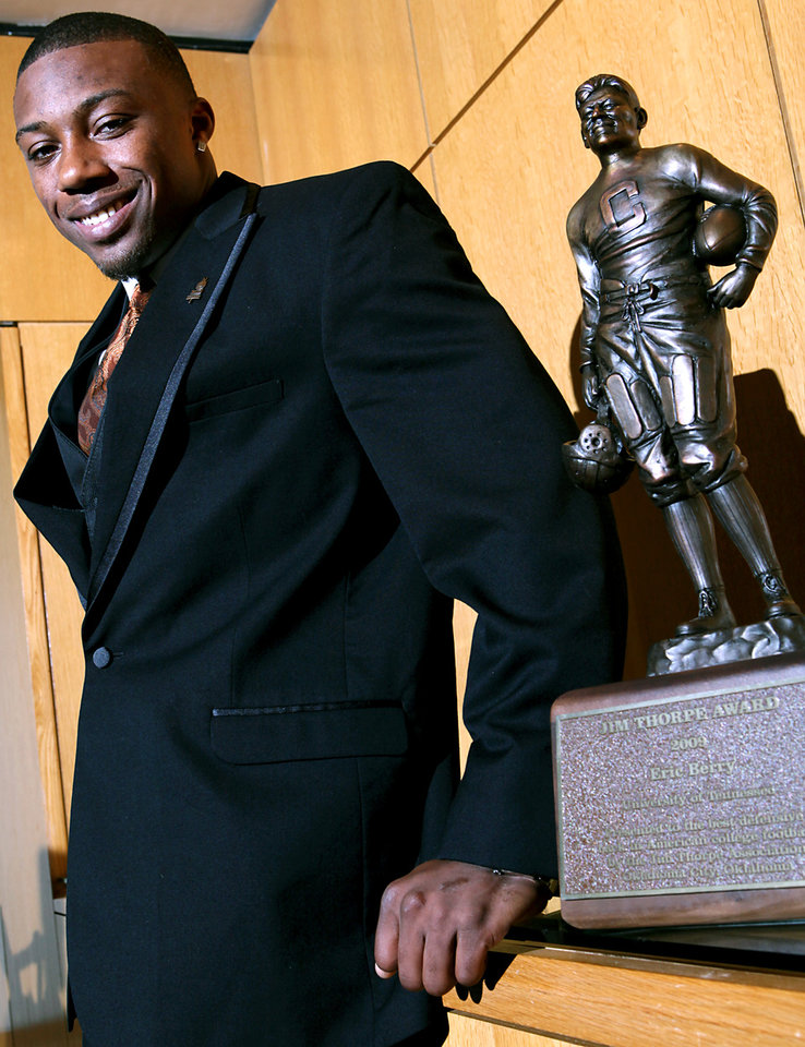 Photo - JIM THORPE AWARD WINNER: University of Tennessee's Eric Berry poses with the Jim Thorpe Award prior to a banquet at the National Cowboy & Western Heritage Museum in Oklahoma City on Monday, Feb. 8, 2010. Photo by John Clanton, The Oklahoman ORG XMIT: KOD