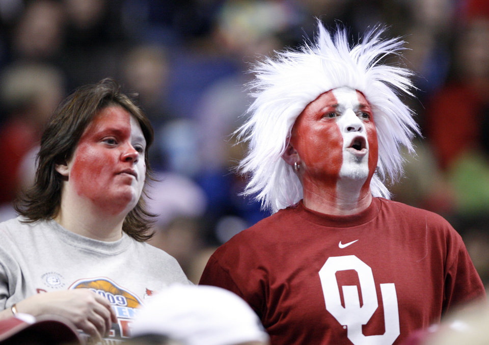 Sooner fans yell in the second half as the University of Oklahoma plays Louisville at the 2009 NCAA women\'s basketball tournament Final Four in the Scottrade Center in Saint Louis, Missouri on Sunday, April 5, 2009. Photo by Steve Sisney, The Oklahoman