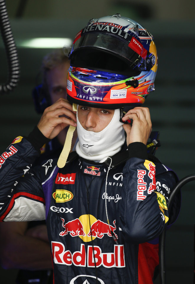 Photo - Red Bull Racing driver Daniel Ricciardo of Australia put on his helmet before the third practice session for the Malaysian Formula One Grand Prix at Sepang International Circuit in Sepang, Malaysia, Saturday, March 29, 2014. (AP Photo/Vincent Thian)