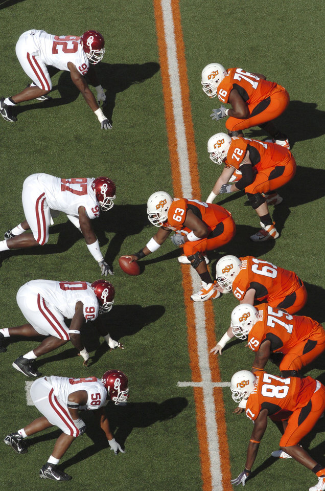 Photo - Bedlam line of scrimmage, as Oklahoma State center David Washington (63) prepares to snap in the shotgun in the first quarter against Okahoma's Corey Bennett (97) during the University of Oklahoma Sooners (OU) college football game against Oklahoma State University Cowboys (OSU) at Boone Pickens Stadium, on Saturday, Nov. 25, 2006, in Stillwater, Okla.     by Bill Waugh, The Oklahoman  ORG XMIT: KOD