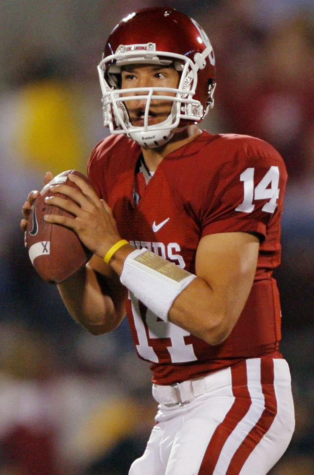 Photo - Oklahoma's Sam Bradford looks to throw the ball against Texas A&M during the first half of the college football game between the University of Oklahoma Sooners (OU) and the Texas A&M Aggies (TXAM) on Saturday, Nov. 3, 2007, in Norman, Okla.    Photo By CHRIS LANDSBERGER, The Oklahoman  ORG XMIT: KOD
