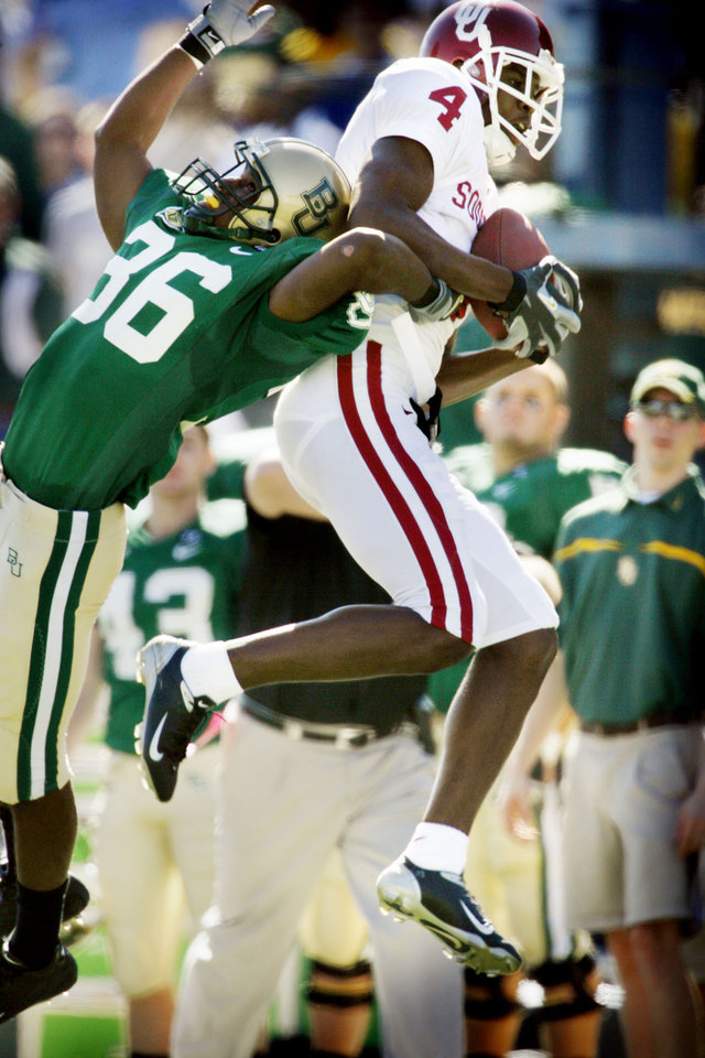 Photo - Malcolm Kelly catches a pass over defender James Todd and runs near the goal line before fumbling and turning the ball back to Baylor in the first half during the University of Oklahoma Sooners (OU) college football game against Baylor University Bears (BU) at Floyd Casey Stadium, on Saturday, Nov. 18, 2006, in Waco, Texas.     by Steve Sisney, The Oklahoman