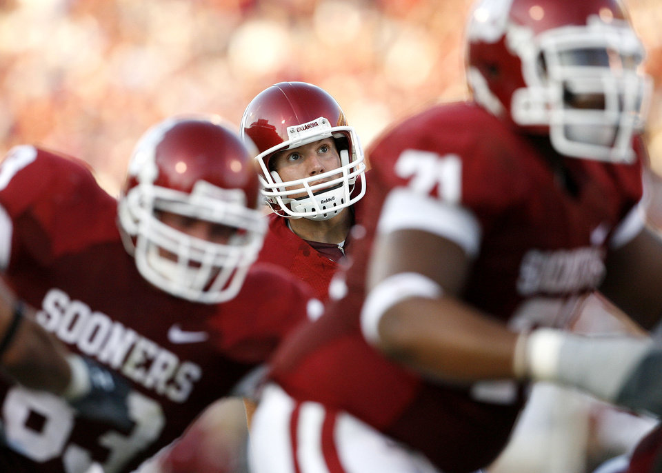 Photo - Oklahoma place kicker Garrett Hartley, center, watches one of his many extra point kicks in the first half during the University of Oklahoma Sooners (OU) college football game against the University of North Texas Mean Green (UNT) at the Gaylord Family -- Oklahoma Memorial Stadium, on Saturday, Sept. 1, 2007, in Norman, Okla.   By STEVE SISNEY, The Oklahoman  ORG XMIT: KOD