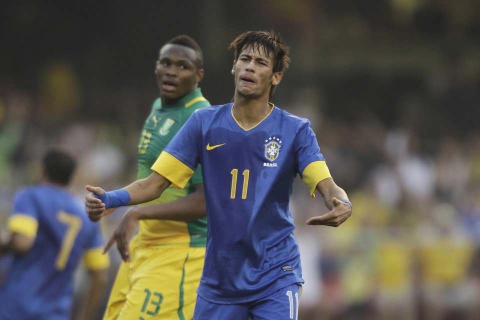 Photo -   Brazil's Neymar reacts during a friendly soccer match against South Africa in Sao Paulo, Brazil, Friday, Sept. 7, 2012. (AP Photo/Nelson Antoine)